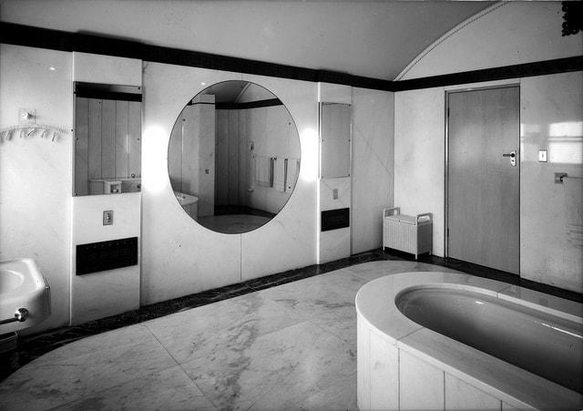 Dark Gary & Light Gray Bathroom Design
